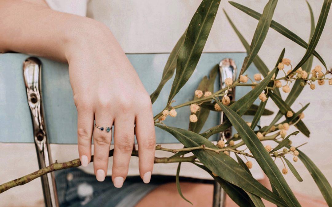 También hay una forma discreta de brillar con color: joyas mini con piedras de color
